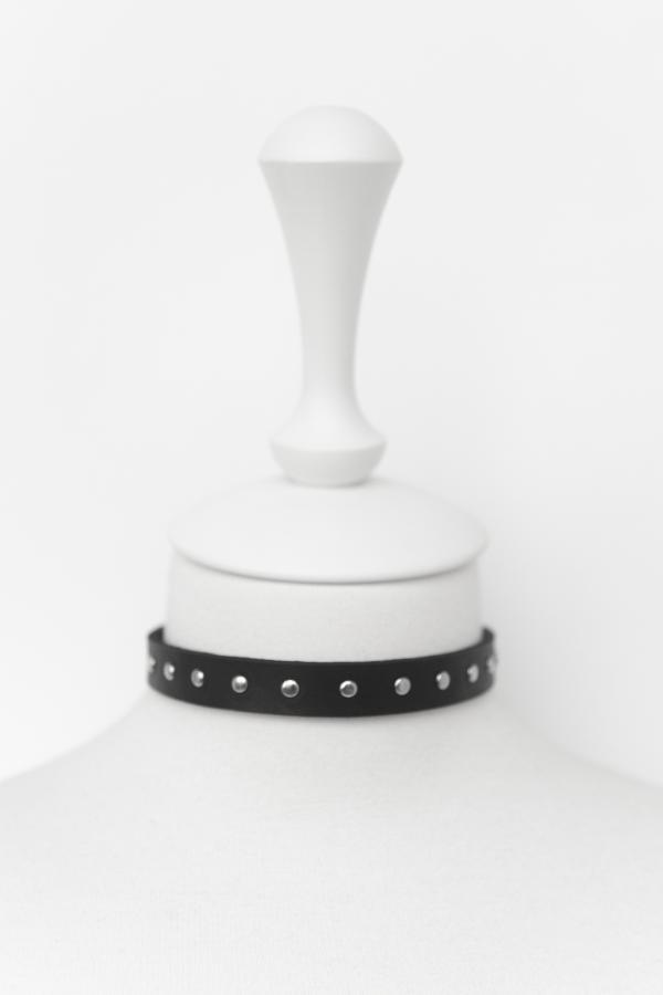 Чокер с мелкими клепками (черный)
